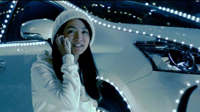 白いコートに白いニット帽をかぶっている満島ひかりのかわいい画像