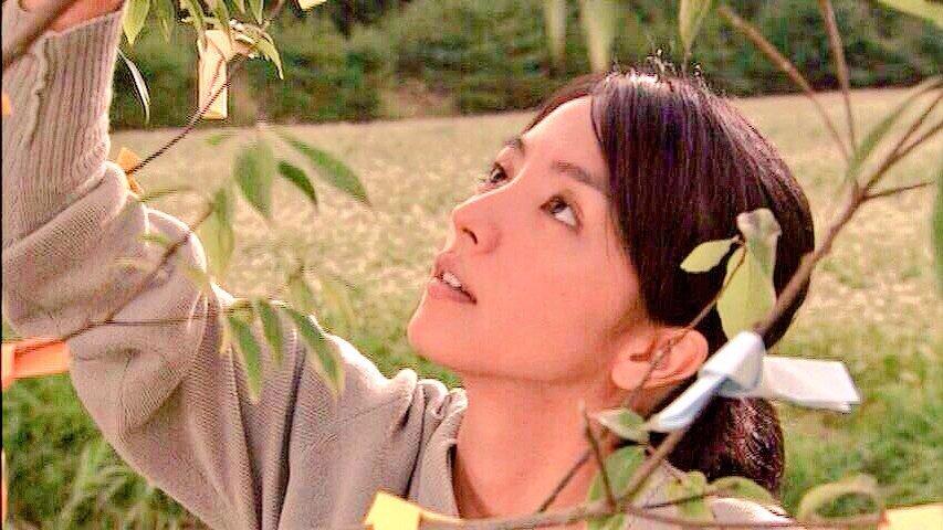 枝にお守りを縛り付けている満島ひかりのかわいい画像