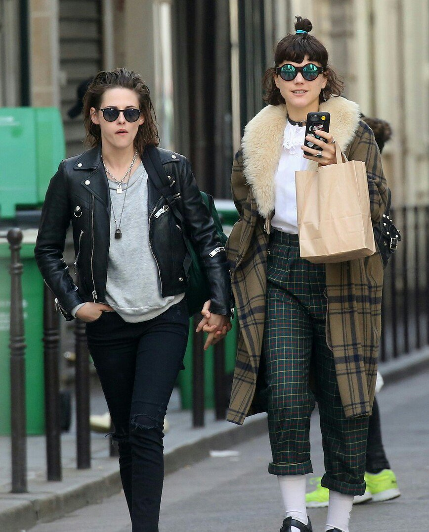 NEW pictures of Kristen Stewart with SoKo today in Paris!! https://t.co/KY5wKOWnSx