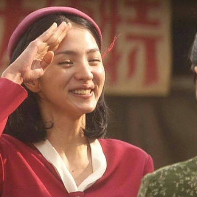 笑顔で敬礼をしている満島ひかりのかわいい画像