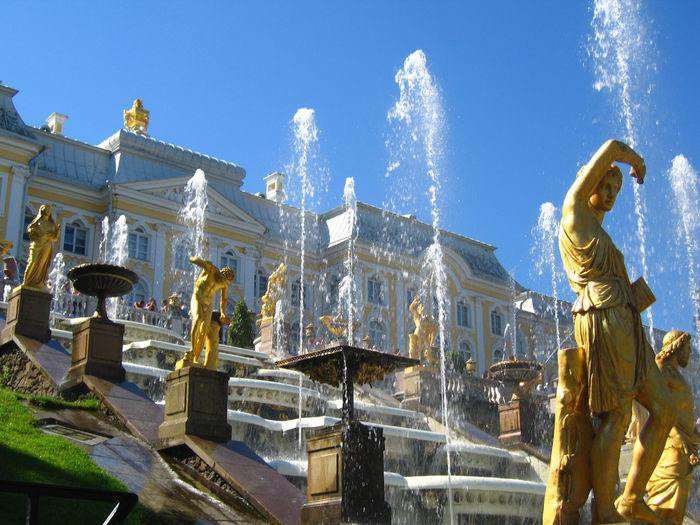 Петергоф @p_e_t_e_r_h_o_f известен своими парками и фонтанами #музейныймарафон https://t.co/5cnjytqzMj