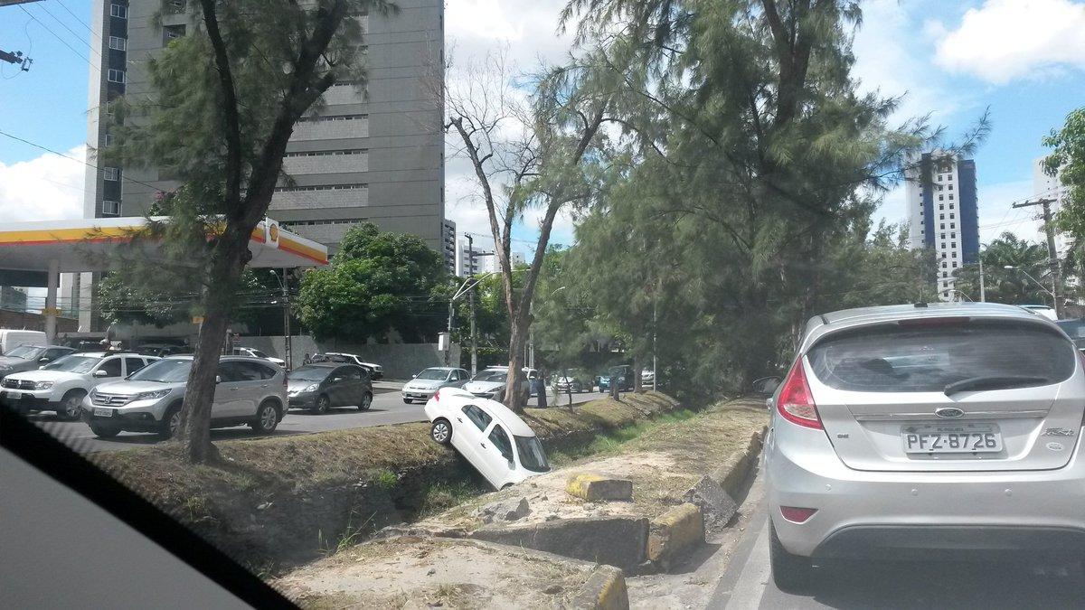 Carro no canal da João Tude de Melo,  sentido Torre. @jctransito @cbntransito @CTTU_Recife https://t.co/3vKGqTwknP