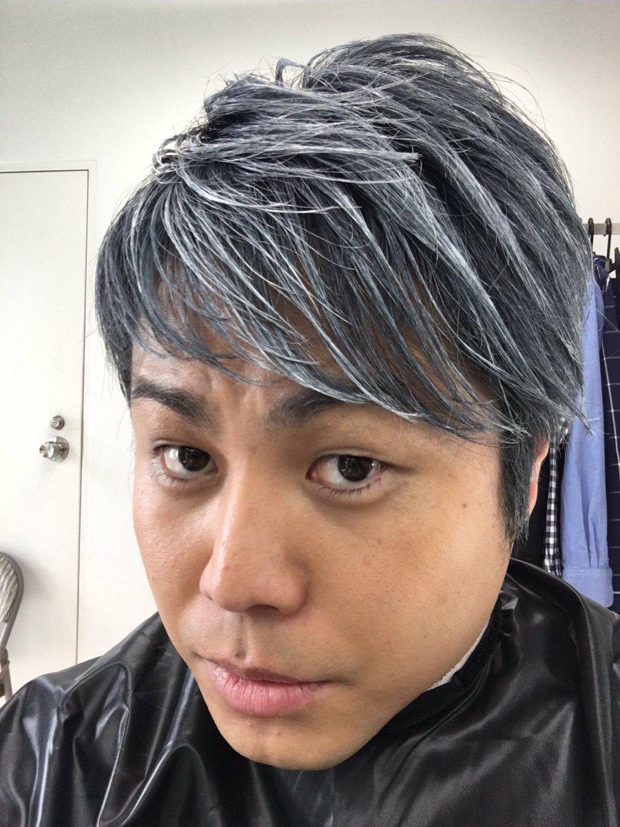 「狼男のヘアワックス」の撮影で、髪の毛を銀色にしたぞ。シルバーウルフの、おれはどうだい!?カッコいいだろ!!みんなも狼男のヘアワックスで、おれに近づきな。うぉーーーー!!!https://t.co/y17RwR6n9X