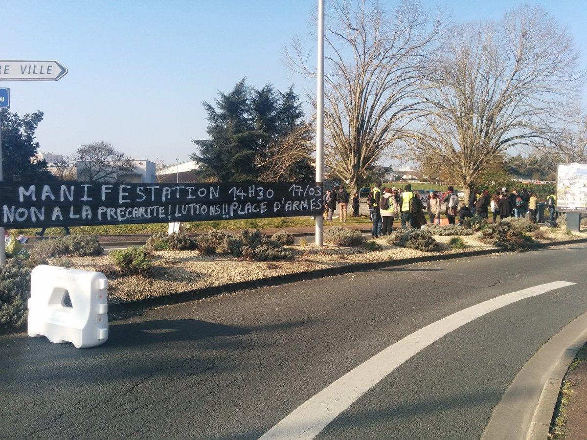 Les étudiants de #poitiers ne désarment pas et réclament le retrait de la #LoiTravail https://t.co/NiuL9fNPWR
