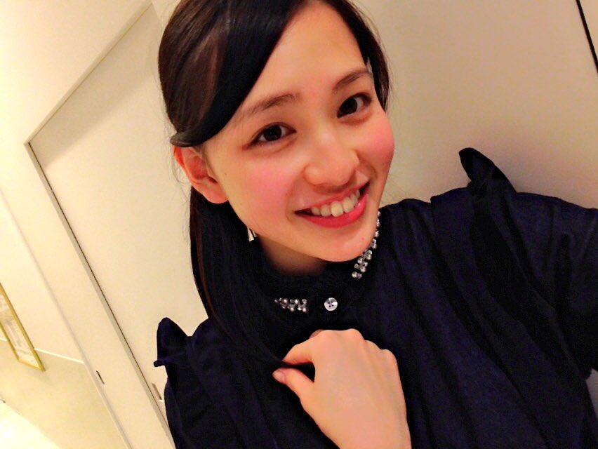 黒い衣装で笑顔の北村優衣