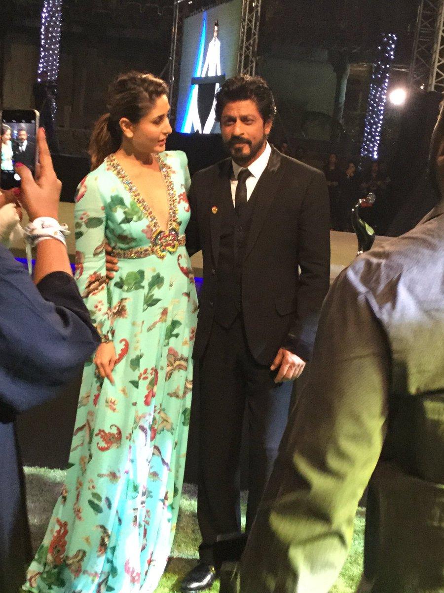 Kareena Kapoor and Shah Rukh Khan at #TOIFA2016 in Dubai Image-Photo
