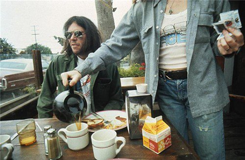 Here is a photo of Neil Young enjoying breakfast https://t.co/TjiCWDah8c