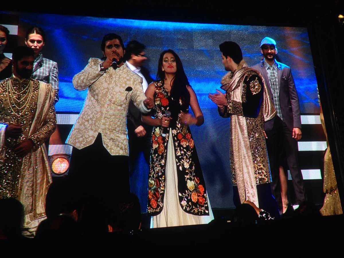 Singers Shweta Pandit and Aman Trikha performed onChitya Kaliya and Dil Dhadakne Do at TOIFA 2016