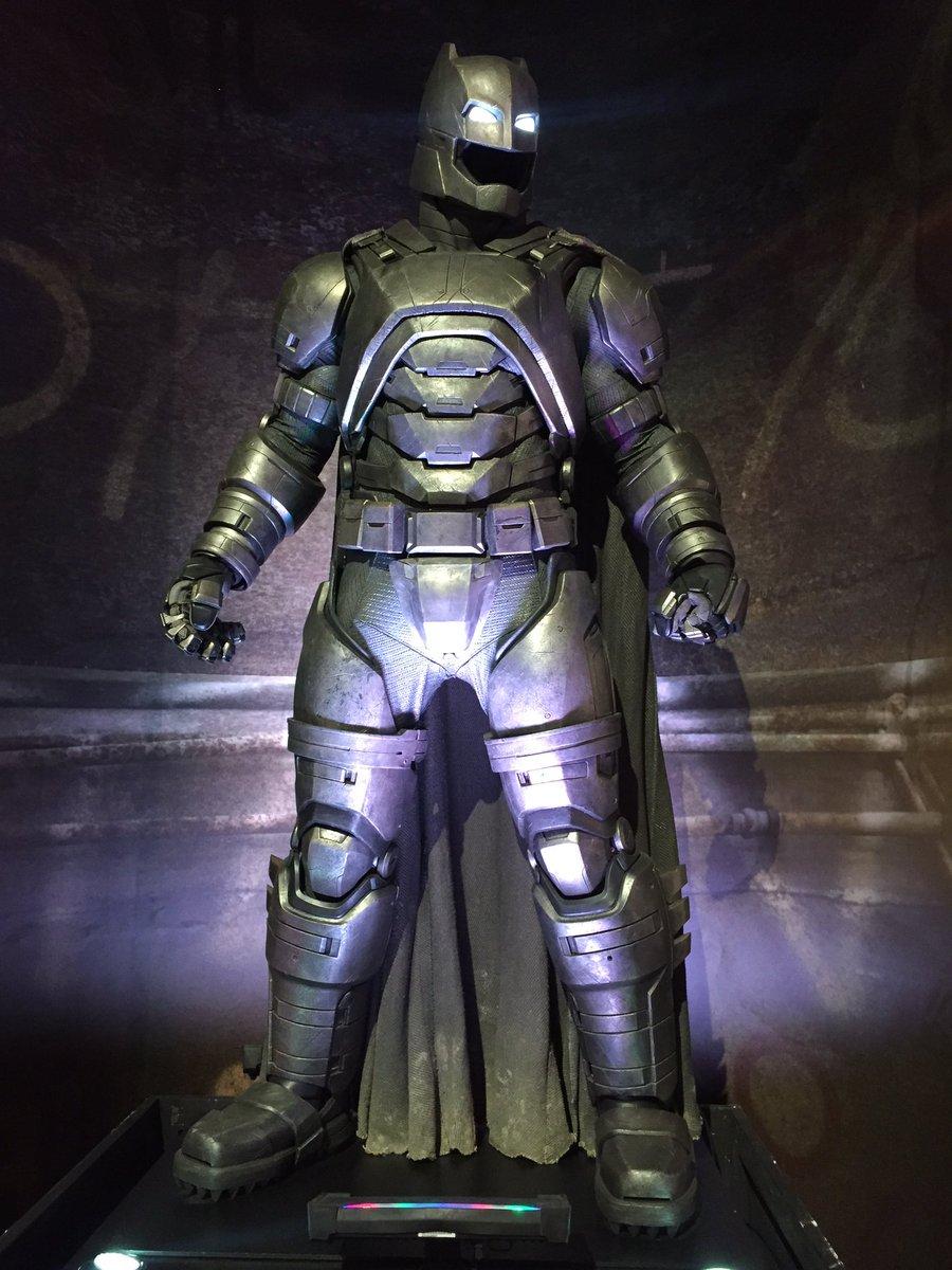 Batman's armored suit is amazing in person!! @BatmanvSuperman #BatmanvSuperman https://t.co/VdKDjhXsiF