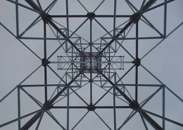 La simetría de una torre eléctrica vista desde abajo https://t.co/paMZGkL3YS