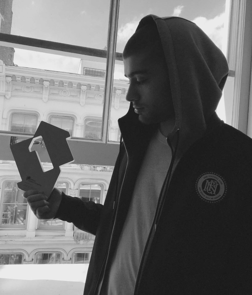 Here he is! @ZaynMalik with his Official Number 1 Award for Mind Of Mine
