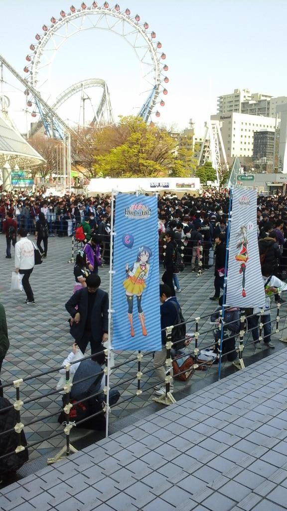 日本橋の三越劇場に入る前に後楽園に寄ったらビックリクリクリクリックリ、めっちゃ若い子達が何万人と、ウヒハ。 https://t.co/KbWL1wQ1pT