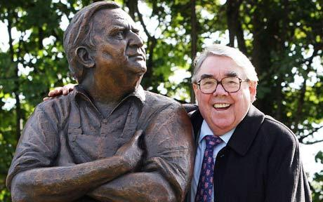 Sad to hear the news on Ronnie Corbett - but very fond memories of his visit in 2010 #Statueunveiling #TwoRonnies https://t.co/4eLSJ7kiIU