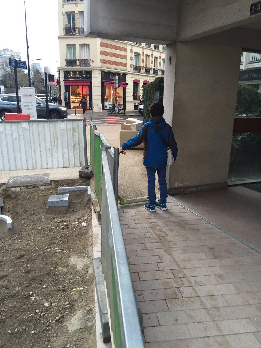 Quelle sécurité @jakossowski  @ATaquillain pour nos enfants face à une piste cyclable? #PlaceHerold #VilleCourbevoie