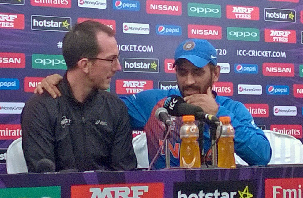 This Australian journalist asked Dhoni if he was going to continue after today. Called him up... #IndvsWI #WT20 https://t.co/BFoPnnSYjt