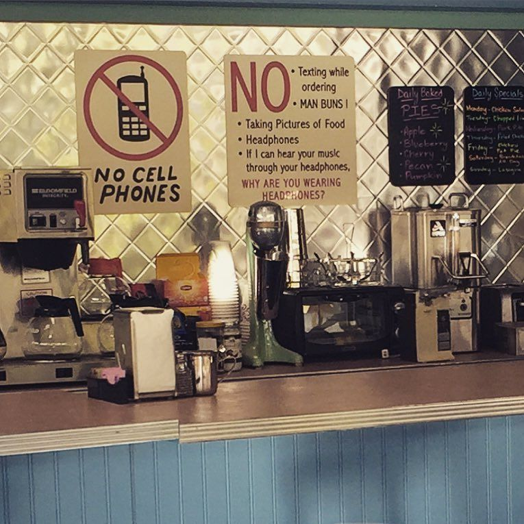 still laughing at Luke's new sign in the diner. @ScottGPatterson #win  #gilmoregirls https://t.co/Xe15ODWX34