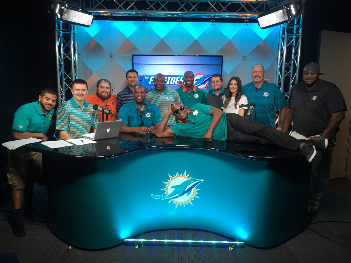 Final group shot of The Finsiders Crew during our Final show @TheFinsiders #Crew https://t.co/JNUqDfdtaS