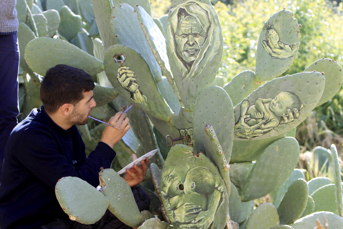 الرسام الفلسطيني أحمد ياسين يرسم