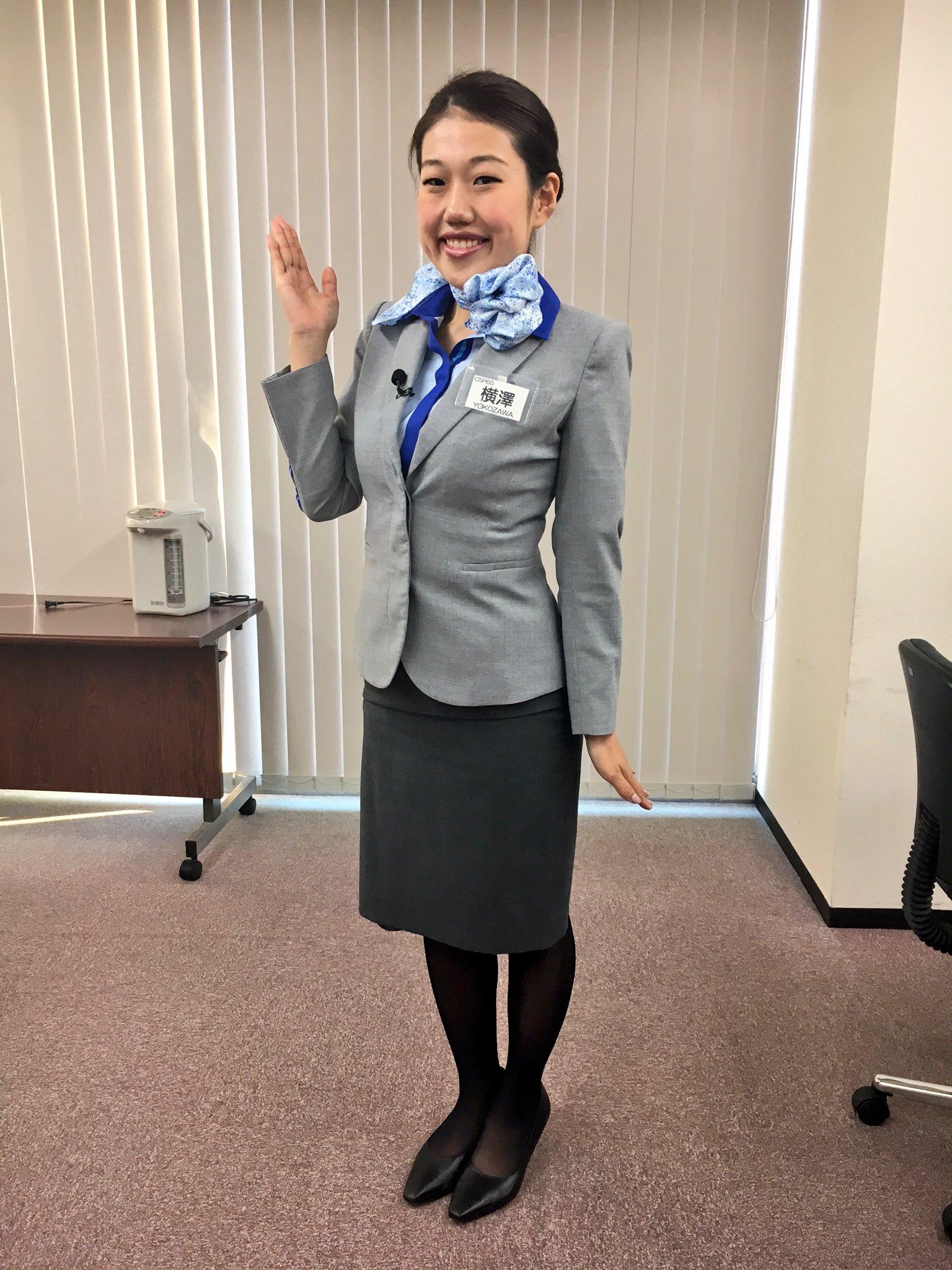 キャビンアテンダントの恰好をする芸人、横澤夏子