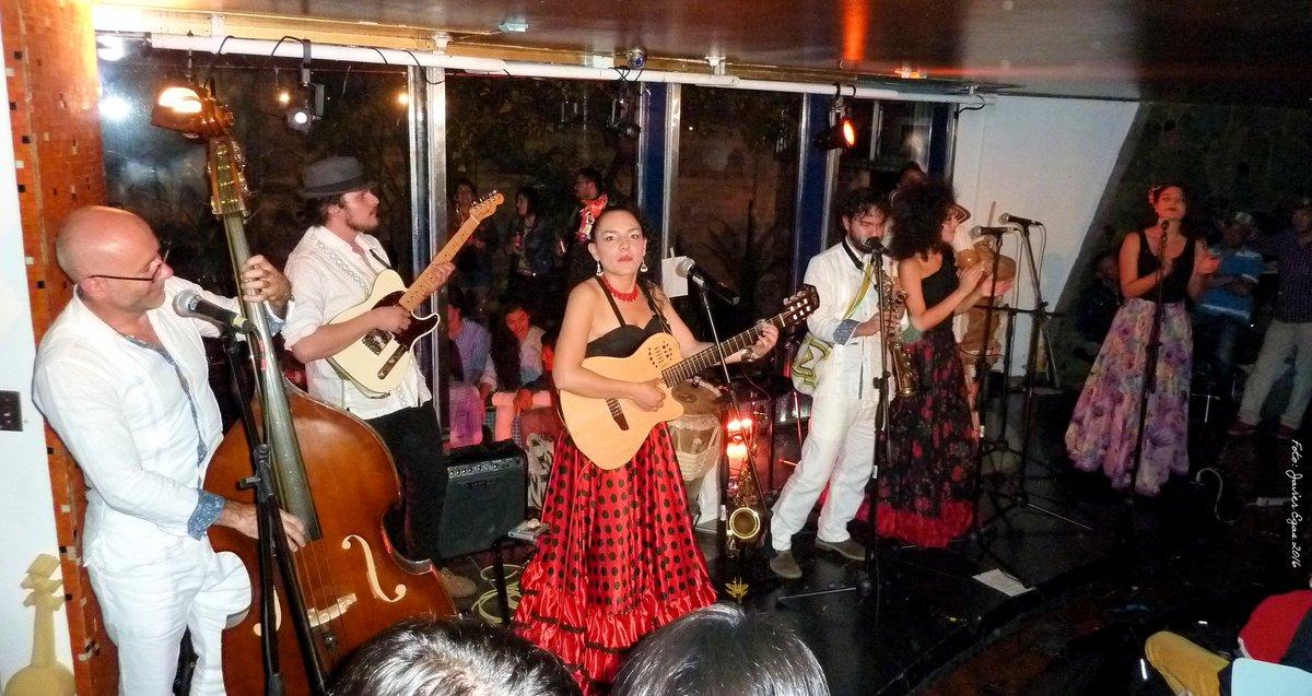 Agrupación de talla internacional anoche en @CasaE_ tremendos @cantaoras #RumbaClandestina #ElTeatroEstaDeFiesta https://t.co/DnkmSYgd9U