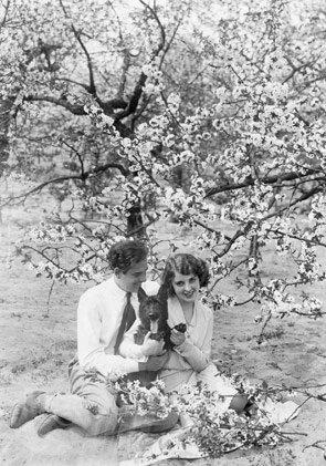 """Der #Frühling ist da. """"#Frühlingsgefühle"""" mit unserer #Postkarte pk4019. #DieGoldenenZwanziger #20erJahrepic.twitter.com/Wx4YOFFkJu"""