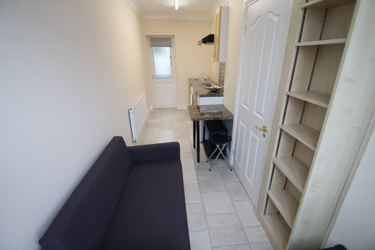 Same £1000pcm pad in #e18.  The entrance shows signs of the flat's former life as a hallway. #ldn  #housingcrisis https://t.co/MLXsskoKca