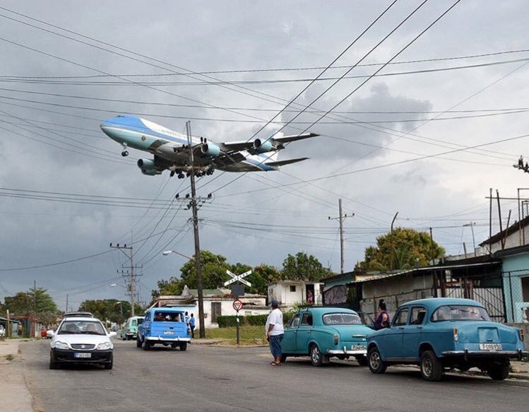 #AirForceOne flying into Havana, Cuba. Never thought I would see this picture. #CubaVisit #ObamaenCuba https://t.co/Tgtl58VjPe