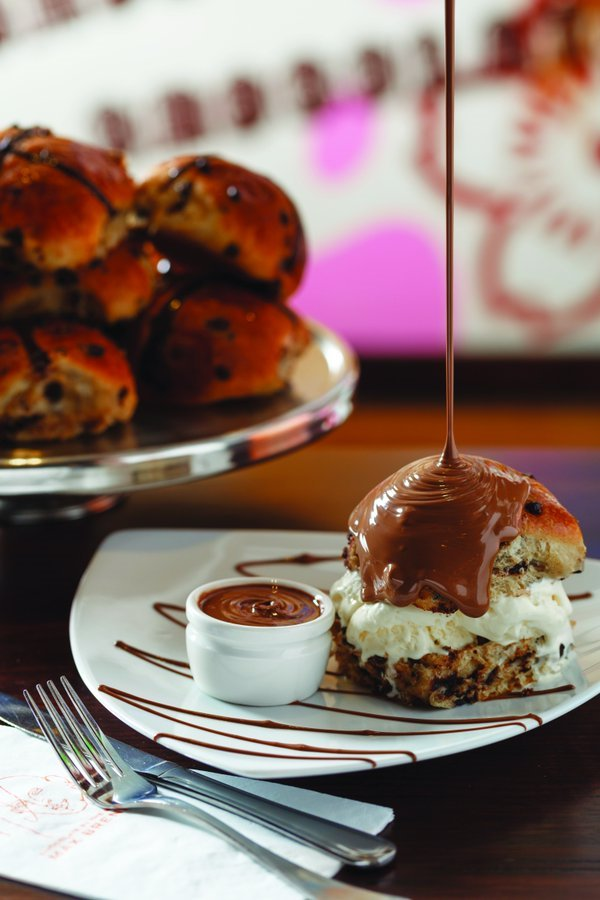 Warm choc chip spiced bun, vanilla ice cream, melted chocolate! @MaxBrennerAUS... you know how to do #Easter https://t.co/QYEjYVAiX7