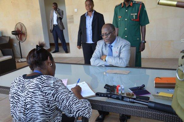 Tanzania Prez @MagufuliJP renews his personal firearms following a national directive by Dar RPC wow! @MariaSTsehai https://t.co/OR1futpPRP