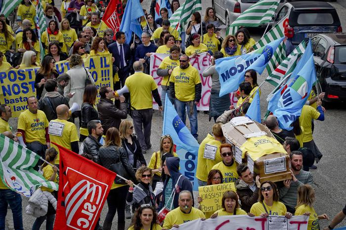 Licenziamento collettivo a Pasqua per 3 mila dipendenti AlmavivA