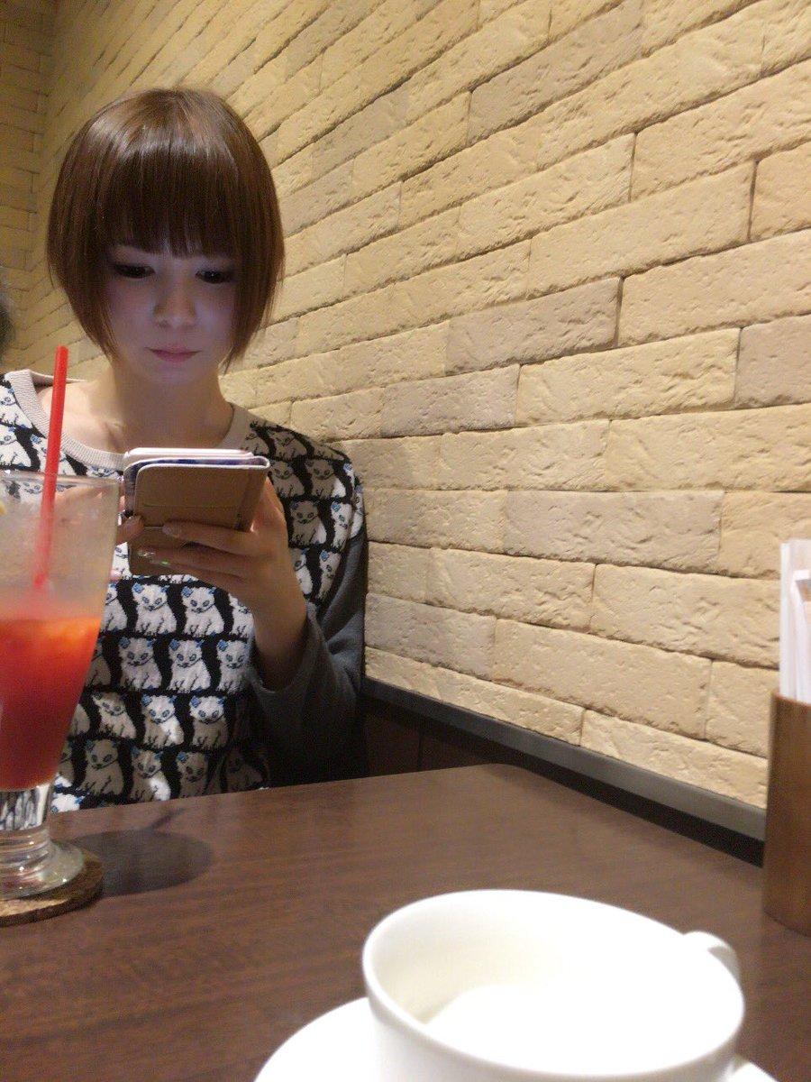 スマホをいじる中川翔子
