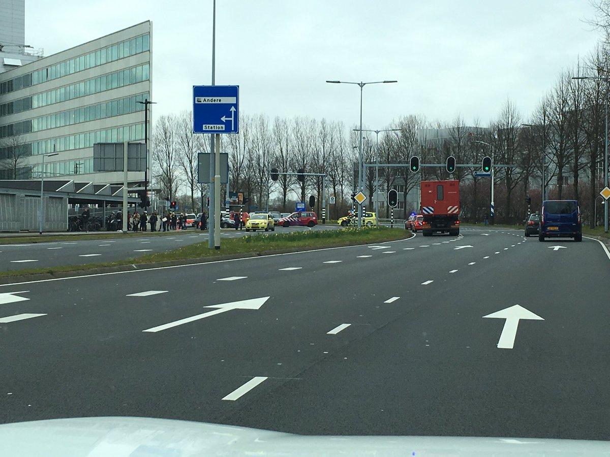 """Heeft #Hoofddorp een bommelding? """"@iSpotz: Heel het station is afgezet, een trein staat stil en wordt ontruimd.. https://t.co/MIfDZUXE8a"""