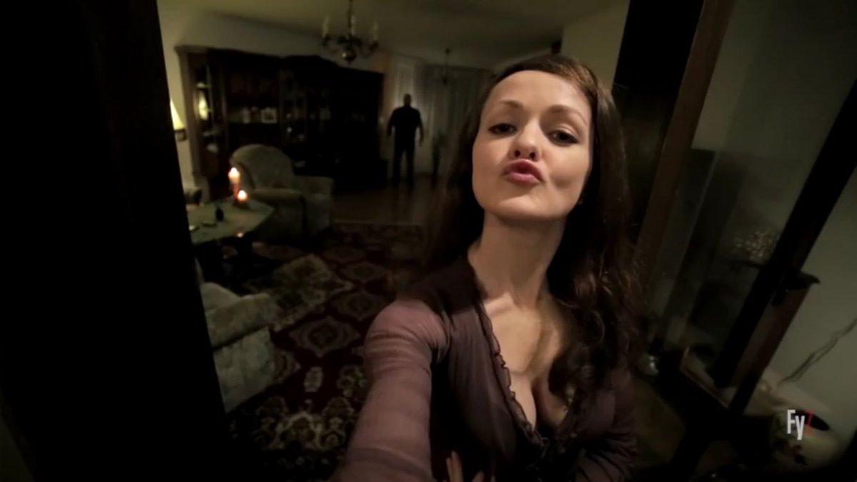 自撮りする時だけ現れる謎の影『セルフィー・フロム・ヘル』2分間の短編ホラーですが、かなり出来が良いのでお勧め。これを見るともう2度と自撮り出来なくなる事でしょう…。 これぞ自撮り殺し。