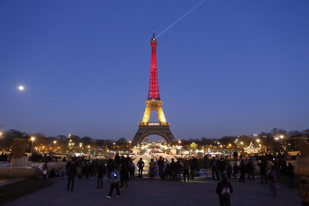 #Paris & #Bruxelles sont unies. La Tour Eiffel s'illumine aux couleurs de la Belgique.