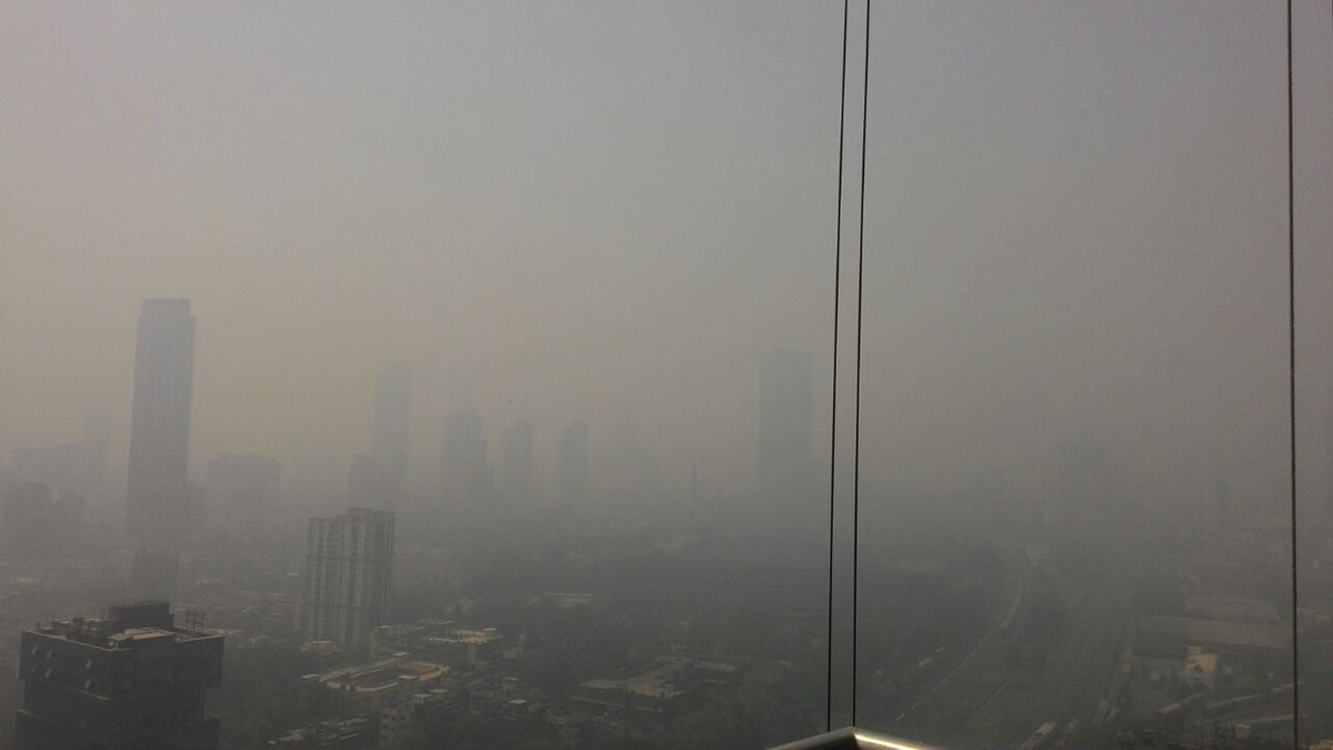 Spot the difference between Chembur & Parel this morning #DeonarFire #CityProblem (parel pic by Capt Wadhwa) https://t.co/3L2TfJXFh2