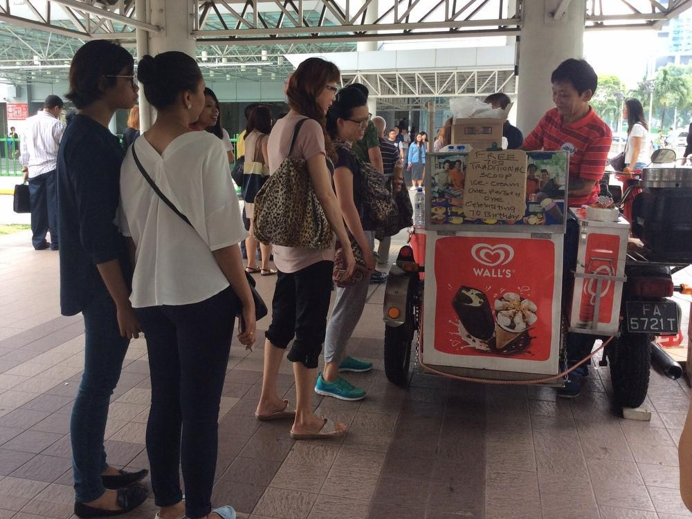 Ice cream uncle at Lavender MRT station dishes out 700 free ice cream on his 70th birthday. https://t.co/fLcmU43m79 https://t.co/WOK9YWG9OM