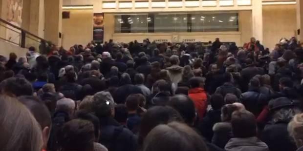 Les files immenses pour sortir de la Gare Centrale à #Bruxelles ce matin https://t.co/Sca78hGf94 https://t.co/Fb9FXQzolJ