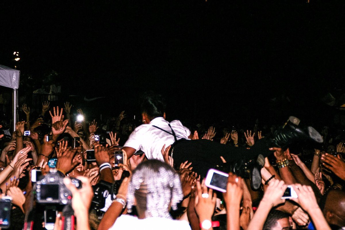You know it's real when the crowd tries to steal you. // @JanelleMonae @AFROPUNK #TBT #ParKamaly https://t.co/cGR71jZB16