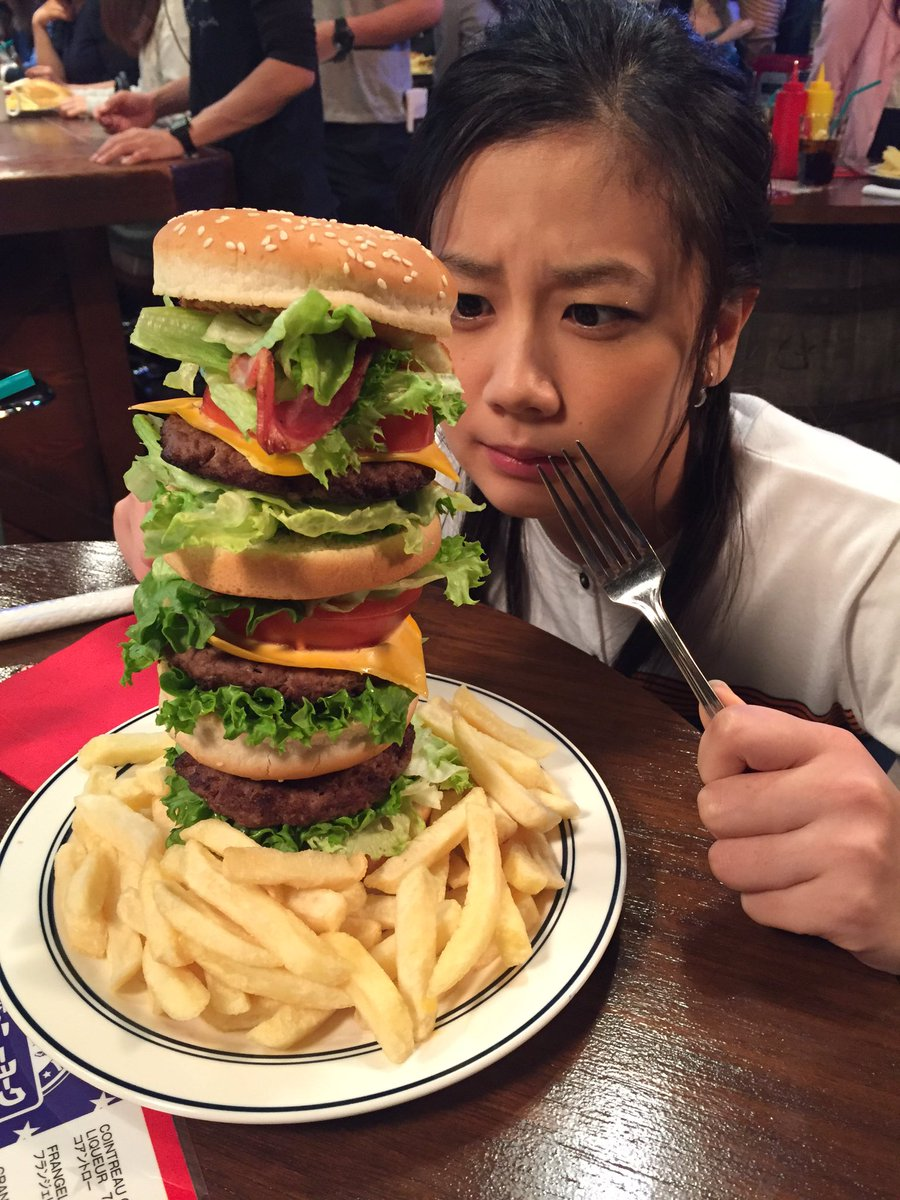 こちらも本日から登場のセット、社長室企画戦略室メンバー行きつけのレストラン、『僕のニューヨーク』での1枚📷名物のマンハッタン・バーガーの大きさに、まひろちゃんも「どこからどうやって食べよう〜?」とタジタジです😳🍔🐟#セカムズ pic.twitter.com/lGLZme7PB4