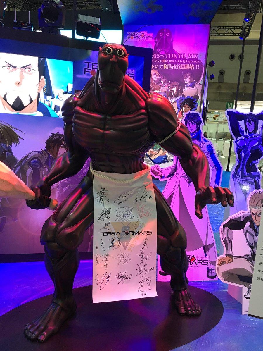 いよいよ明日からアニメジャパン2016開催!ワーナーブース(J44)ではパワーアップしたテラちゃん立像を展示!新たに身にまとった前掛け?には、なんと!アニメ、実写映画の豪華キャストサインが!! #_terraformars