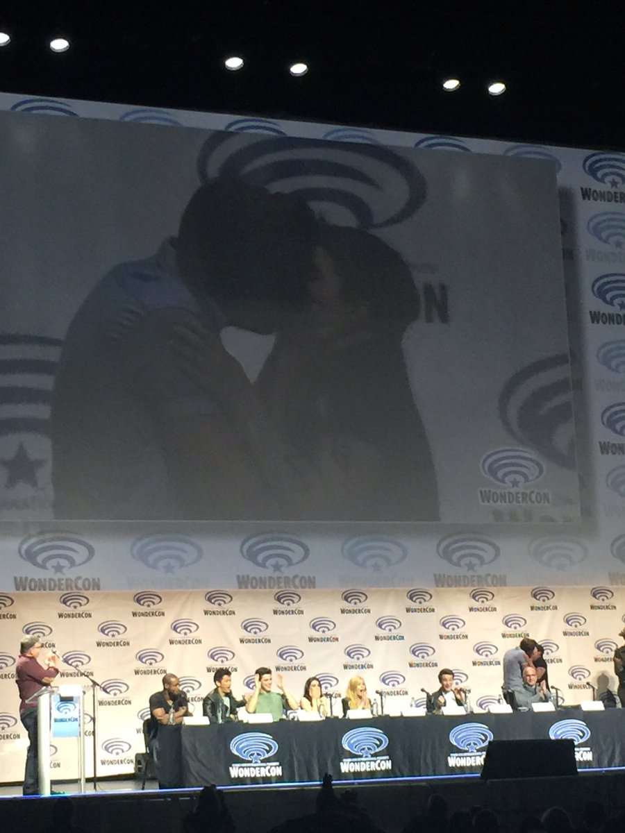 Omg! McG just got Dom to kiss a fan in the audience..what in the world!!!! #Shadowhunters #WC2016 https://t.co/CFrKYbaZLy