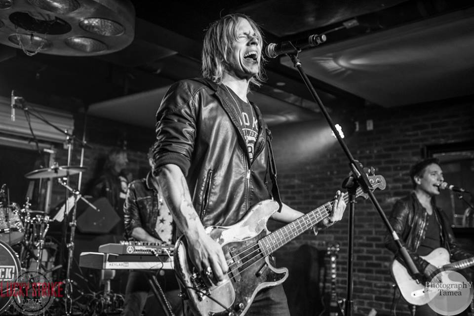 Fun playing w/ @BryceSoderberg (Lifehouse) & hanging w/ @AvrilLavigne at #luckystrikelive #soundchecklive last Wed! https://t.co/sRkDLwdgpS