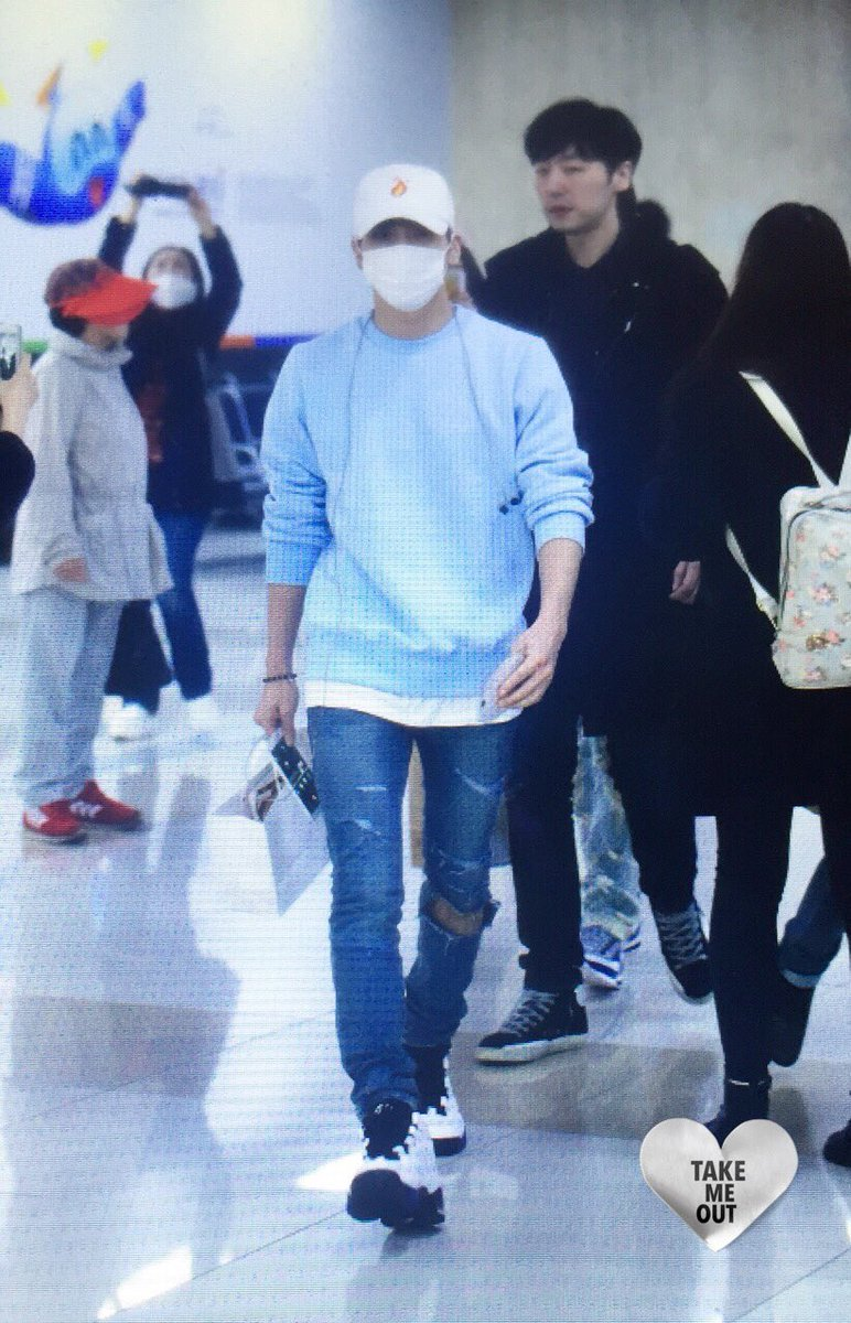 160327 Jonghyun @ Aeropuertos Haneda - Gimpo {Regreso a Corea} CehbhQoWAAA4Bjc