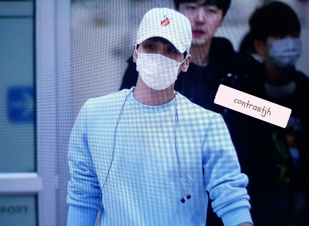 160327 Jonghyun @ Aeropuertos Haneda - Gimpo {Regreso a Corea} CehdndOWwAAnBrI