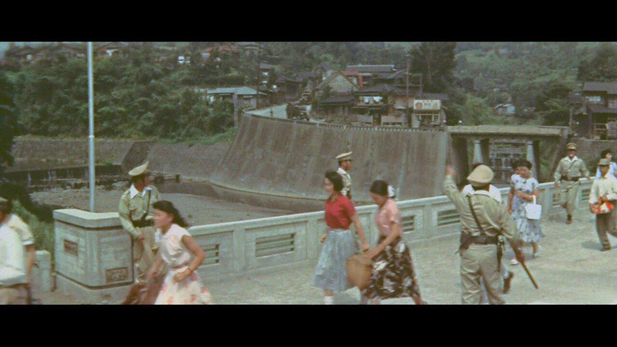 『地球防衛軍』モゲラに襲われた町(静岡県小山町)その1 撮影直前の昭和32年5月に竣功した落合橋は、59年の歴史を刻みながら現存。 https://t.co/MKNkcHDmAF