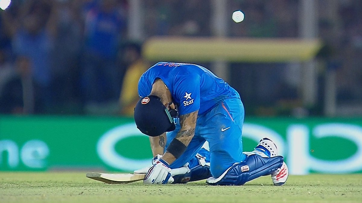 The iconic image of #WT20 so far as Virat Kohli's heroics lead #IND to a home semi-final in Mumbai #INDvAUS