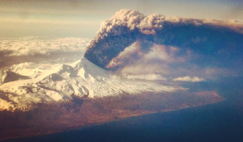 Incredible shot of Alaska's Pavlof volcano eruption by passenger on flight to Anchorage. Courtesy: Colt Snapp. https://t.co/20BhmpQ3st