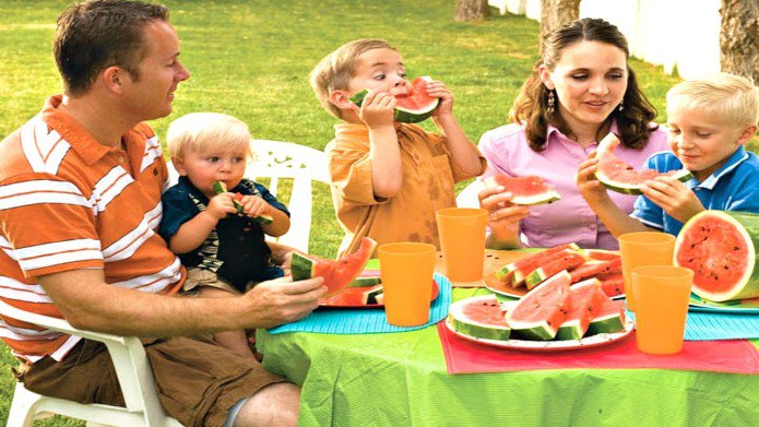 Here are some tips for getting your kids to eat #healthy: http://bit.ly/1je9vcS  #parentspic.twitter.com/o13aGwBqRJ