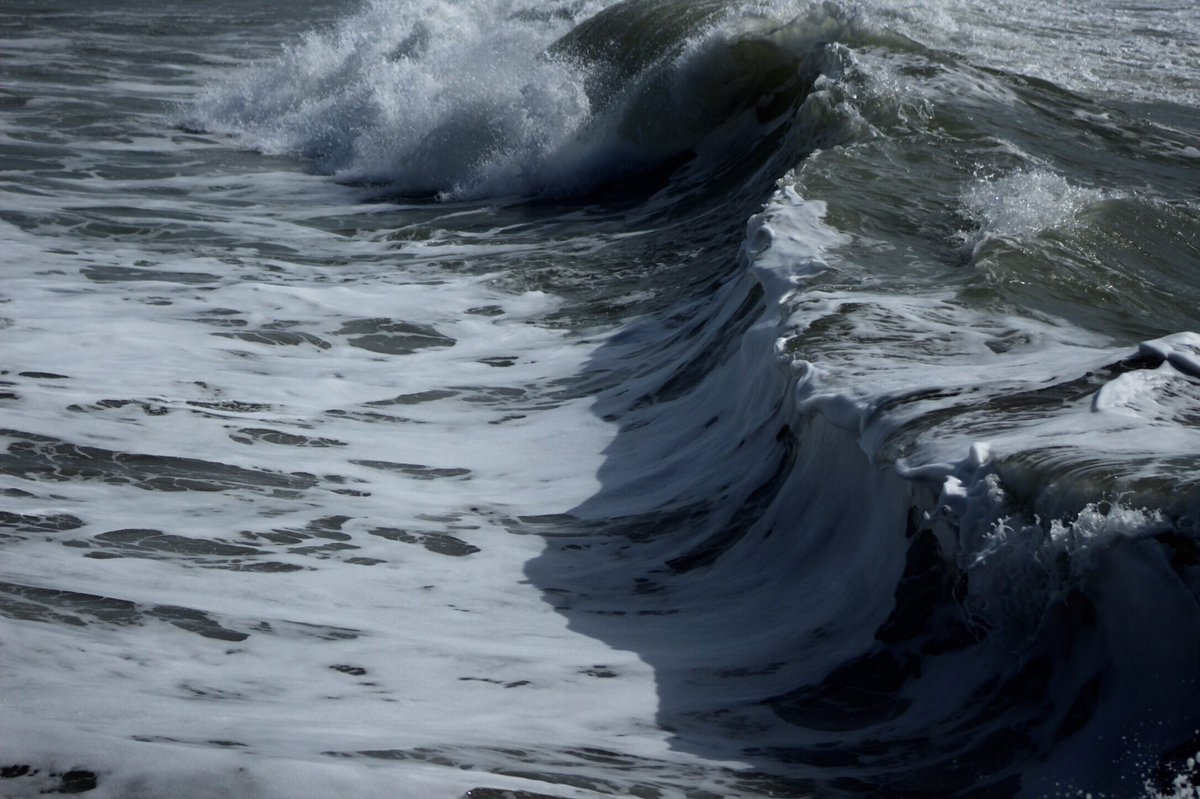Ventura shore break #venturasurf pic.twitter.com/htYCGNQ080