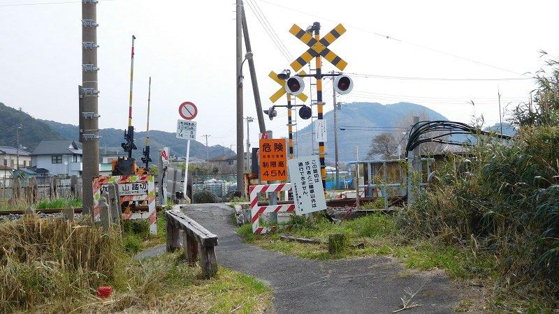 「だがしかし」富津市竹岡と鋸南町勝山探訪から戻りました。第10話ほたるさんおでかけに登場した踏切は内房線安房勝山駅南側の加知山踏切であることを現地で確認しました。